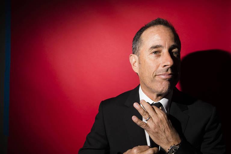 Jerry Seinfeld ajeita a gravata