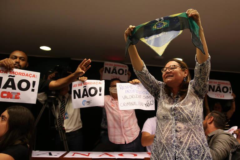 Manifestantes do movimento estudantil e apoiadores de Bolsonaro discutem sobre Escola Sem Partido
