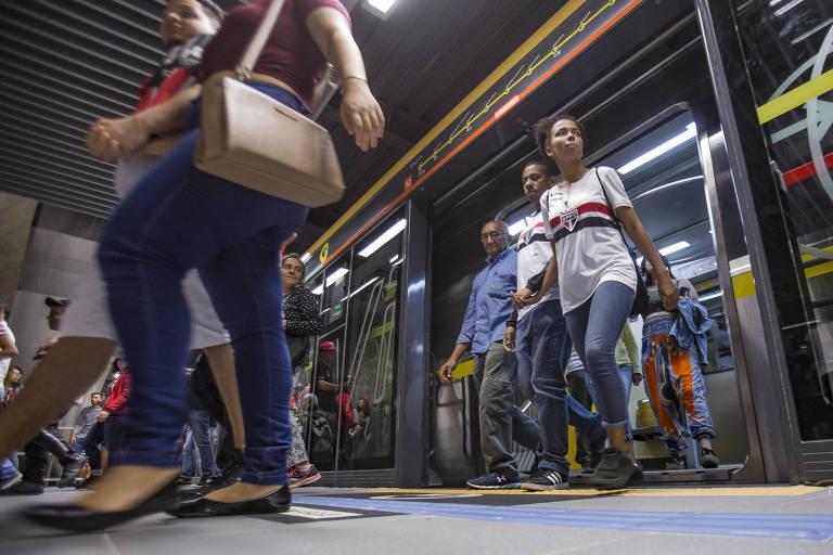 Torcedores desembarcam na estação São Paulo-Morumbi da linha 4-amarela para jogo entre São Paulo e Flamengo