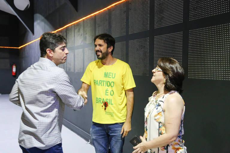 O pastor Josué Valandro Jr. cumprimenta eleitor de Bolsonaro no dia do primeiro turno