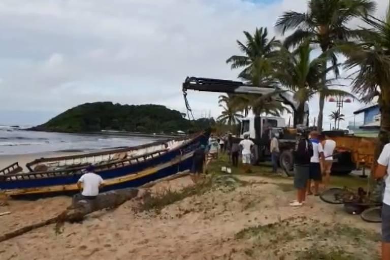 Três turistas morreram após embarcação naufragar em praia de Itanhaém, no litoral sul de SP