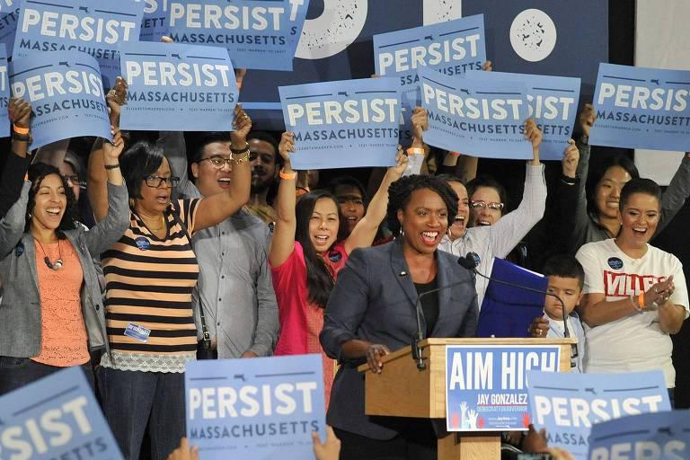 A democrata Ayanna Pressley, candidata à Câmara, discursa em Cambridge