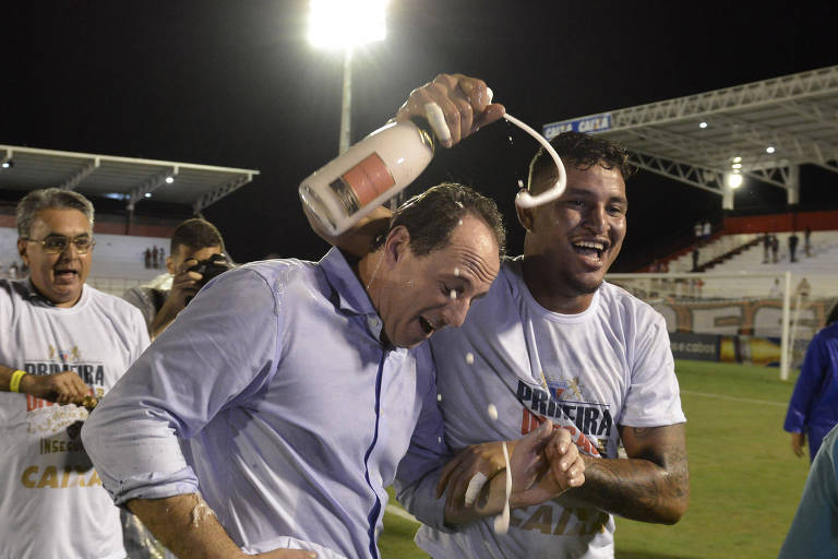 Jogadores do Fortaleza comemoram com Ceni acesso à Série A