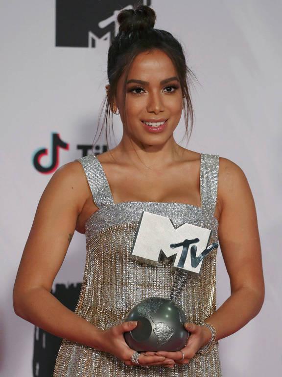 Anitta posa com o prêmio de melhor artista do Brasil no MTV Europe Music Awards