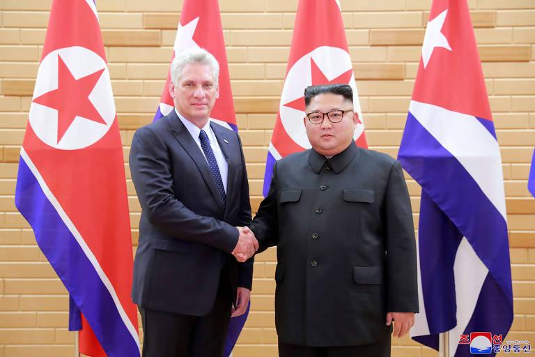 O presidente de Cuba, Miguel Diaz-Canel, com o ditador norte-coreano, Kim Jong-un, em encontro em Pyongyang no domingo (4)