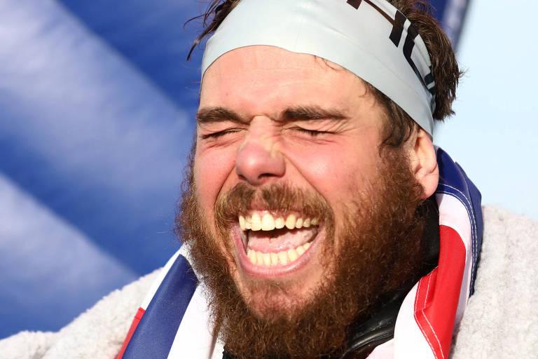O aventureiro e nadador profissional Ross Edgley reage após completar sua travessia ao redor do Reino Unido