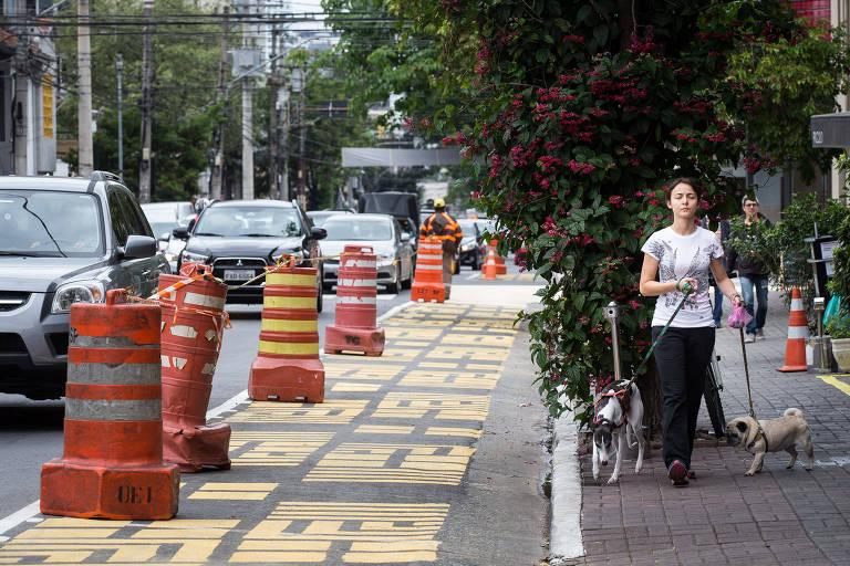 Espaço sinalizado em amarelo onde serão instalados minilounges na rua dos Pinheiros, em São Paulo