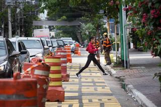Trecho de asfalto pintado na rua dos Pinheiros, em SP