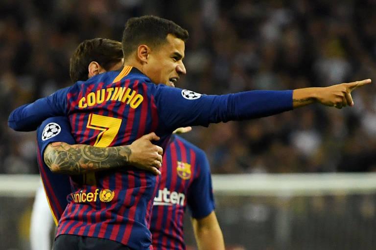 Philippe Coutinho, do Barcelona, é abraçado por Messi durante comemoração de gol contra o Tottenham, pela Champions League