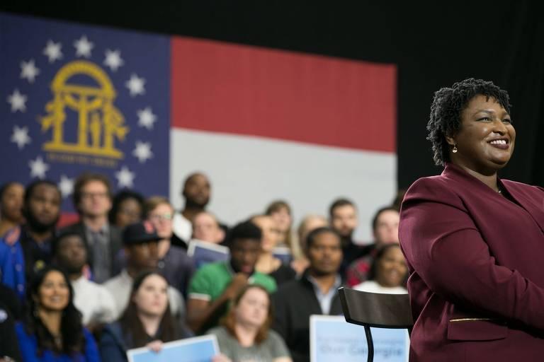 A democrata Stacey Abrams, que tenta ser a primeira mulher negra a governar um estado americano, está em segundo lugar nas pesquisas na Geórgia