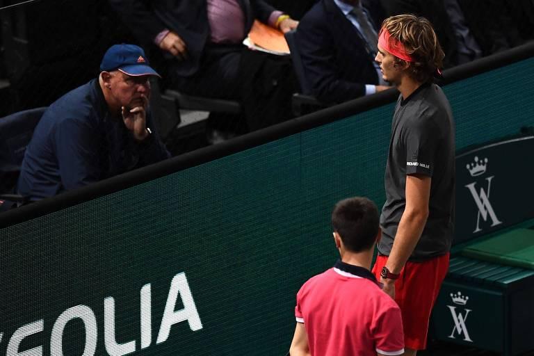 O alemão Alexander Zverev conversa com seu técnico e também pai Alexander Zverev durante o Masters 1000 de Paris