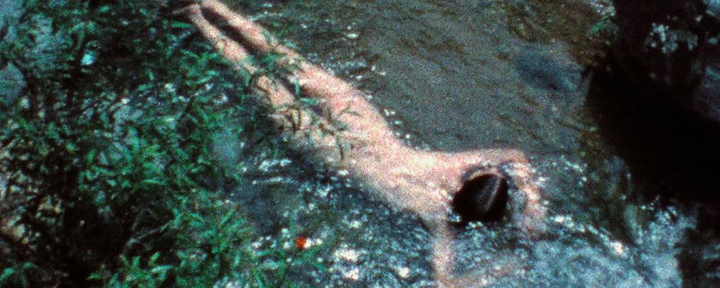Cena de 'Creek' (1974), da artista cubana Ana Mendieta