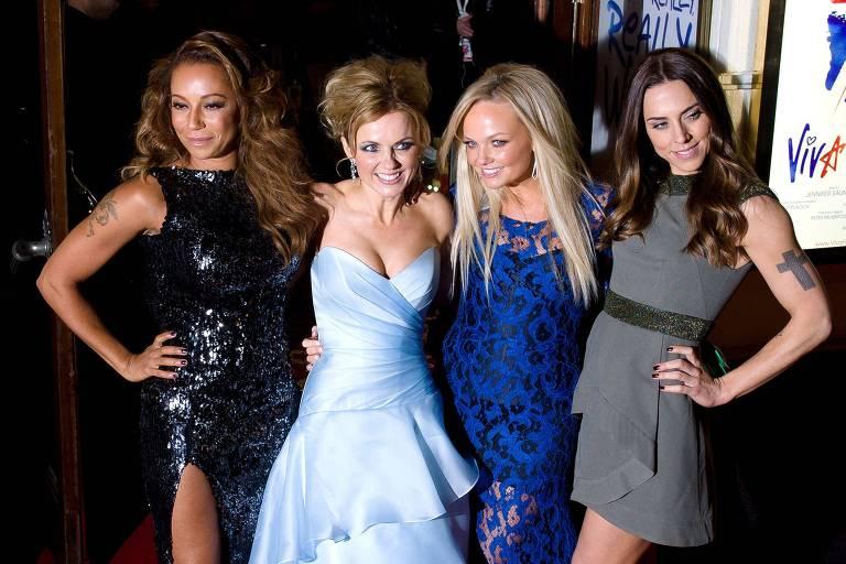 """As integrantes do grupo Spice Girls (da esquerda para a direita) Melanie Brown, Geri Halliwell, Emma Bunton and Melanie Chisholm posam para fotos no tapete vermelho na estreia do musicam sobre a banda, """"Viva Forever"""", no centro de Londres. Elas confirmaram uma nova turnê nesta segunda (5)"""
