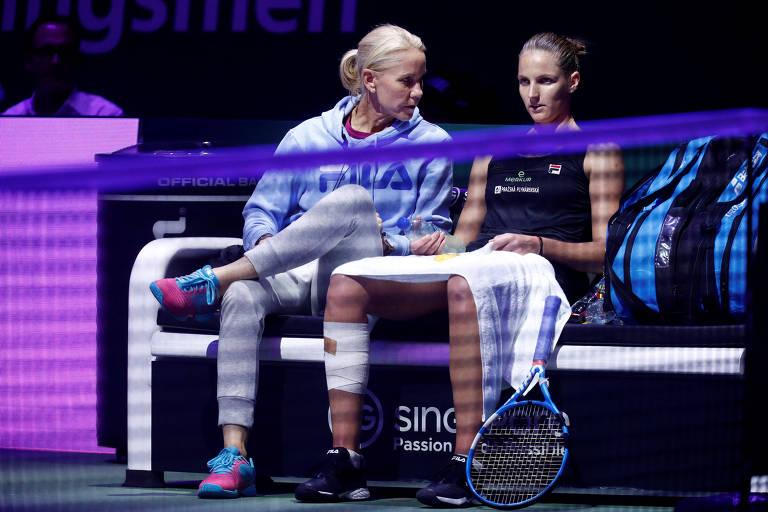 Karolina Pliskova conversa com sua técnica, Rennae Stubbs, durante as semifinais do WTA Finals