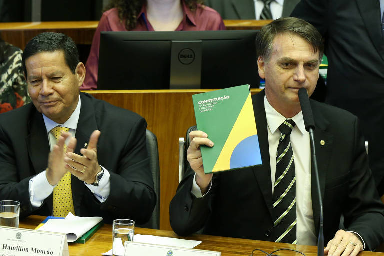 O presidente eleito, Jair Bolsonaro, e o vice-eleito, general Mourão, participam da sessão solene do Congresso nesta terça (5)