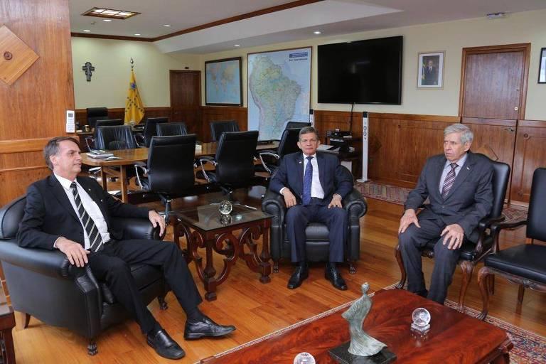 O presidente eleito, Jair Bolsonaro, o ministro da defesa, general Joaquim Silva e Luna, e Paulo Guedes