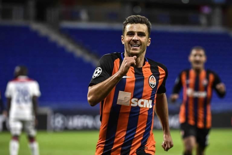 Junior Moraes comemora gol marcado contra o Lyon, pela Champions League deste ano