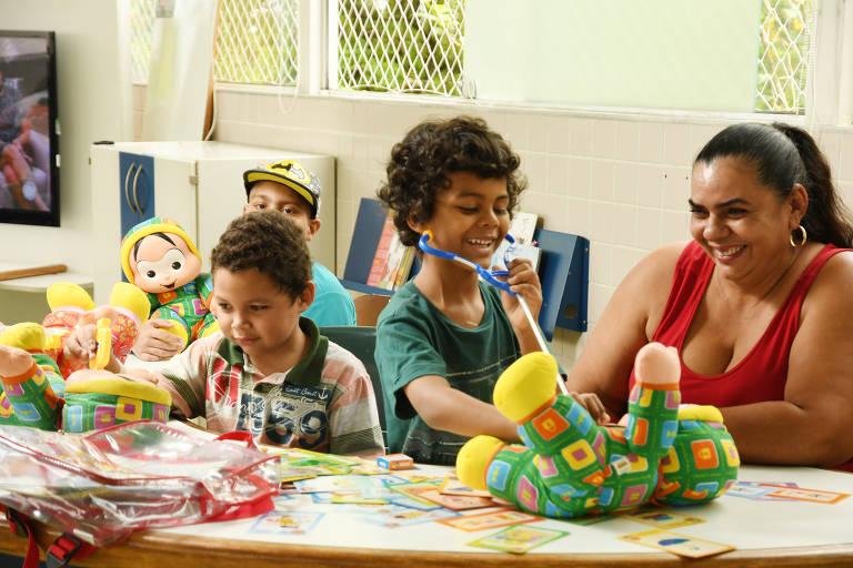 Anderson, 10, (boné) , Wallace, 6, ( camiseta verde ) e Fabrício,5, brincam com bonecos do projeto Dodói