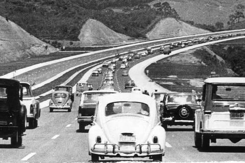 SÃO PAULO, SP, BRASIL, 10-11-1968: Automóveis durante inauguração da rodovia Castelo Branco (Estrada do Oeste), inaugurada pelo governador Abreu Sodré, em São Paulo (SP). (Foto: Folhapress)
