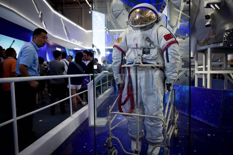 Roupa de astronauta é exibida em evento