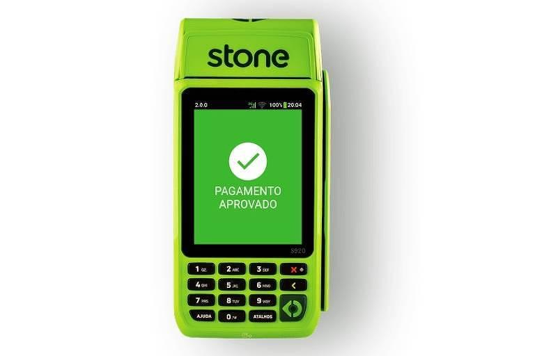maquinha verde, com tela na parte de cima, e teclado com teclas pretas