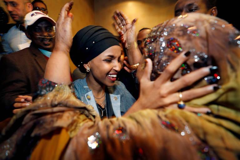 A ex-refugiada somali Ilhan Omar após vencer a eleição para o Congresso em Minneapolis, Minnesota