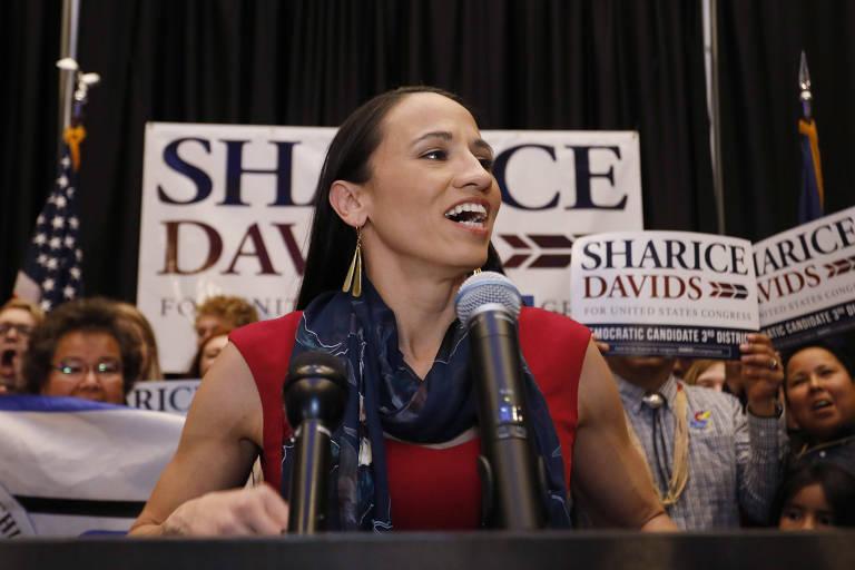 Sharice Davids conversa com apoiadores em Olathe, no Kansas