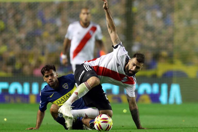 Lucas Pratto disputa a bola com o lateral Emmanuel Más, do Boca, em clássico disputado em setembro