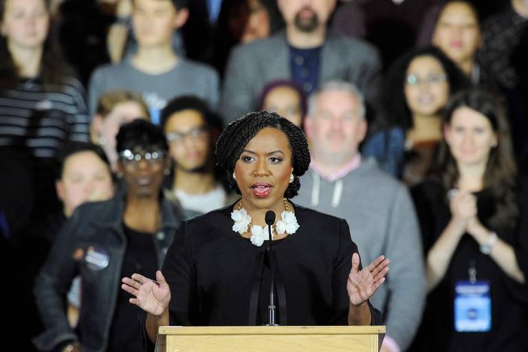 Ayanna Pressley, primeira mulher negra eleita representante do estado de Massachusetts no Congresso, discursa no comitê de campanha