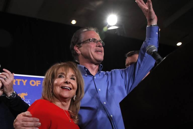O republicano Mike Braun e sua mulher, Maureen, comemoram vitória para o Senado em Indinápolis, Indiana; ele é abertamente contra o aborto