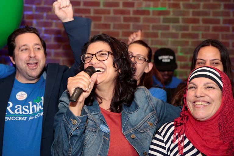 Rashida Tlaib (com o microfone) comemora ao lado de sua mãe a eleição para o Congresso em Detroit, Michigan