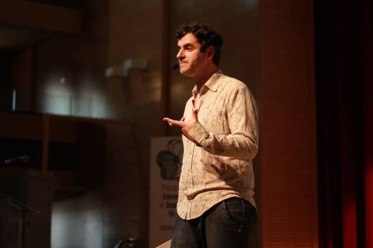 Rodrigo Lopéz no painel Amor na Grécia Antiga durante o Fiis