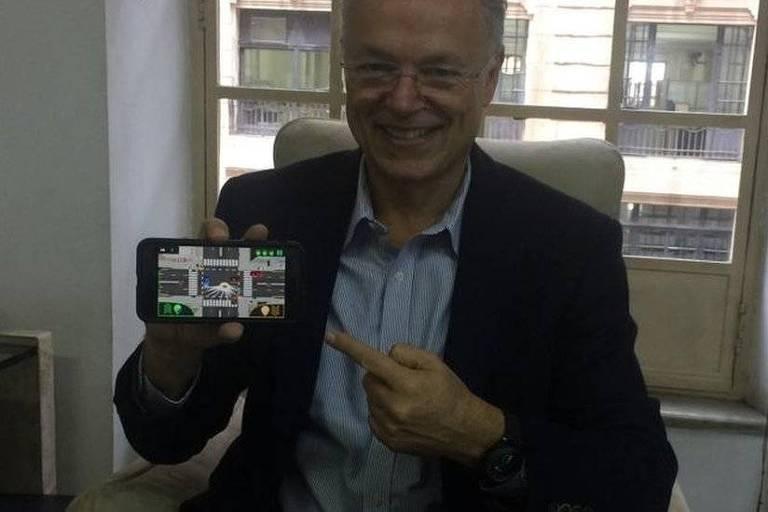 Paulo Camiz, 67, desenvolveu o aplicativo Mente Turbinada, que ajuda a exercitar o cérebro por meio de jogos 3D