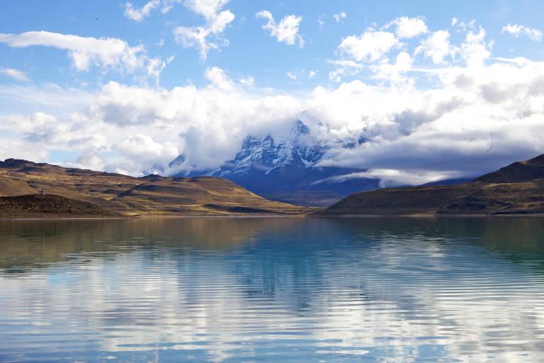 Para chegar até a Patagônia chilena é cansativo: são dois voos seguidos, São Paulo-Santiago, Santiago-Punta Arenas, mais um transfer em van de quase quatro horas de rodagem em meio à imensidão de pradarias que parecem não ter fim