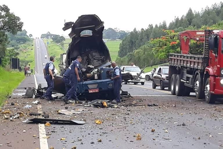 Carro-forte visto de frente, destruído por disparos de quadrilha