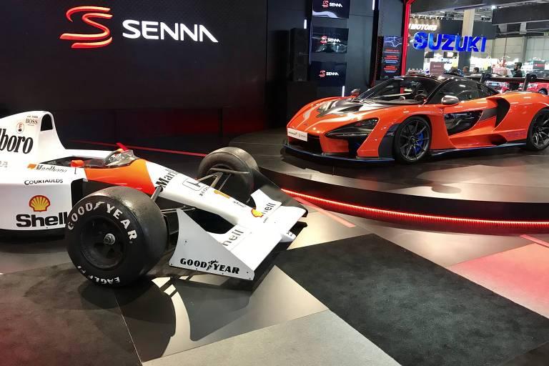 McLaren Senna ao lado de réplica do carro de F1 com o piloto foi campeão mundial em 1991