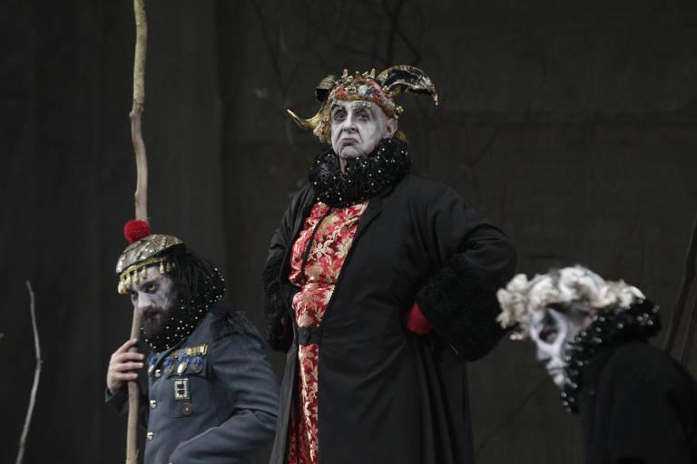 Da esq. para dir. os atores Kaue Persona, Elias Andreato e Claudio Fontana durante o espetaculo 'Estado de Sítio'