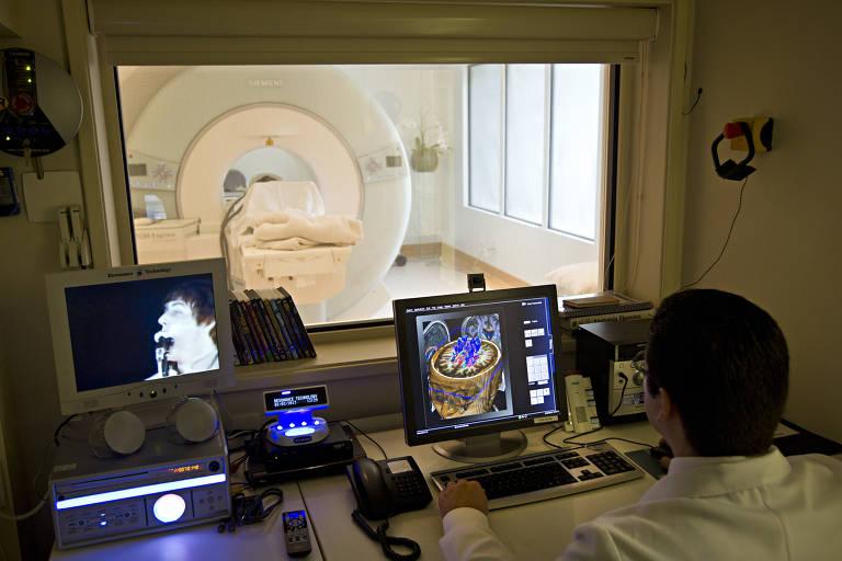 Exame de ressonância magnética em clínica privada de São Paulo
