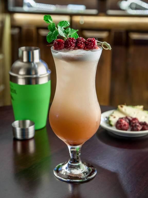 Drinque Fórmula Secreta, servido no bar Diniz