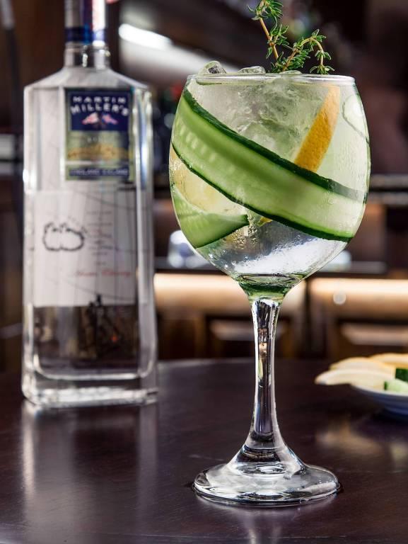 Drinque Arrasta bonde, servido no bar Diniz