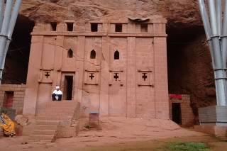 Igreja de Bet Abba Lybanos, ou casa de pai Libânio, escavada em rocha, na Etiópia