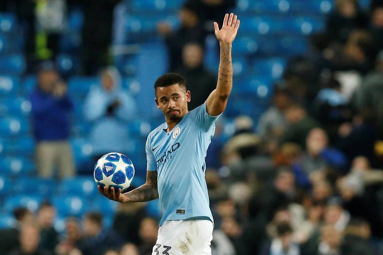 Gabriel Jesus saúda a torcida segurando a bola do jogo, que levou para casa por ter feito rês gols