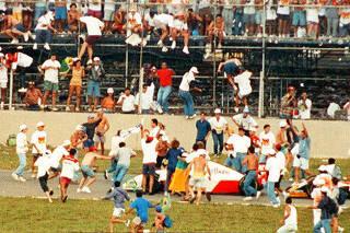 Torcedores invadem pista após vitória de Senna