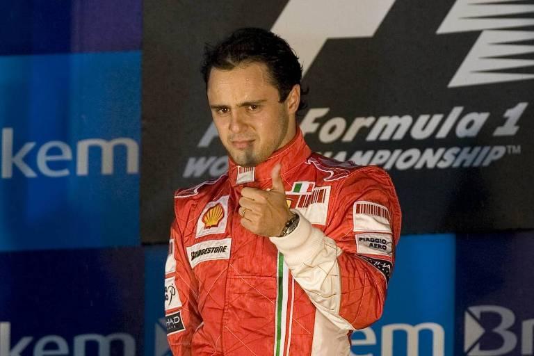 Felipe Massa no pódio do GP do Brasil e 2008, faz gesto positivo com o polegar esquerdo
