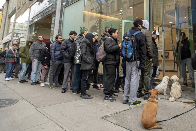 Fila para comprar maconha legal em Montreal; loja reabriu após passar três dias fechada por falta da droga no mercado