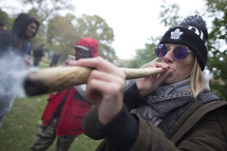 Mulher fuma maconha em uma festa pró-legalização em Toronto, Canadá