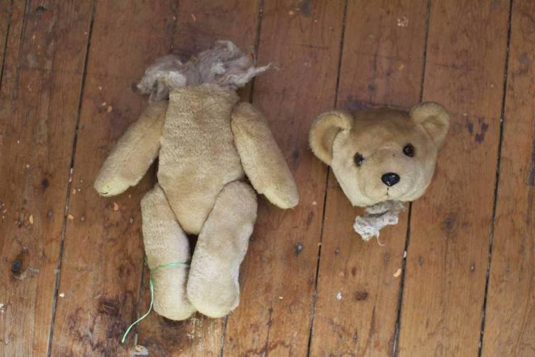 Urso de pelúcia sem cabeça