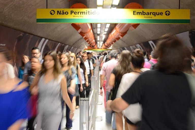 Movimentação no túnel que liga as estações Paulista e Consolação do metrô