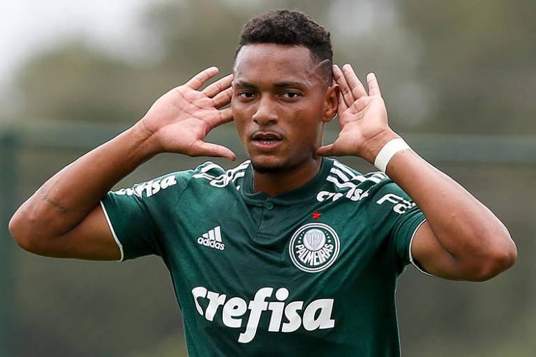 Fabrício Nascimento comemora após fazer gol contra o Audax, no Paulista sub-17
