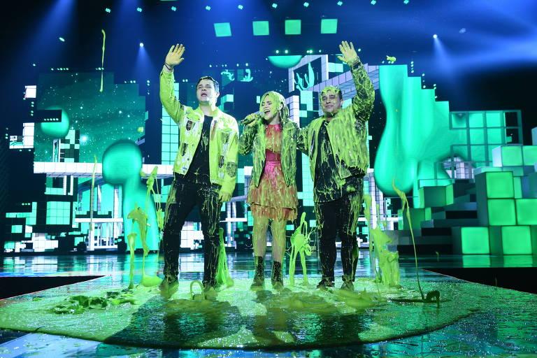 Maisa Silva com a dupla Matheus e Kauan após tomar banho de slime